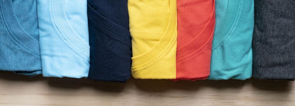 桌面背景上五彩缤纷的衣服卷成特写